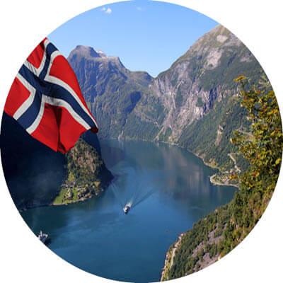 Norwegischer Fjord, Berge und norwegische Fahne.