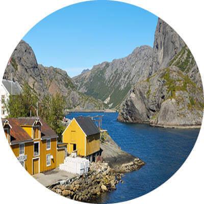 Häuser, Berge und Fjord.