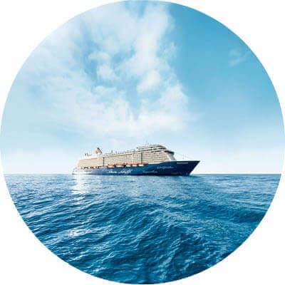 Mein Schiff 4 mit Wasser, Himmel und Wolken.