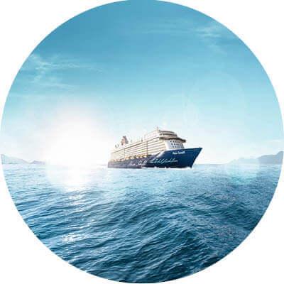Mein Schiff 5 mit Wasser, Sonne, Himmel und Wolken.