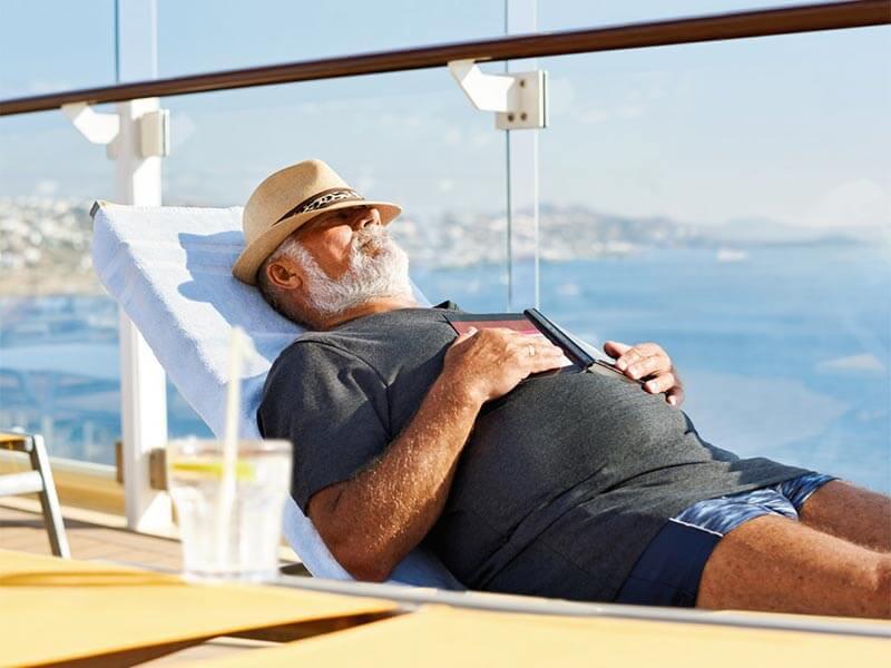 Solo auf Tour schlafender Mann auf Deck