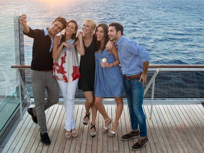 Reedereien MSC Kreuzfahrten Deck Friends Selfie