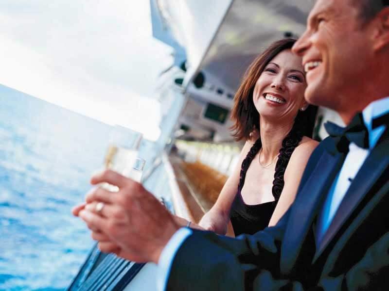 Reedereien Kreuzfahrten Azamara Club Cruises Paar Reeling